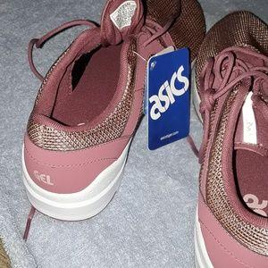 ASICS NWT!!  Tennis shoes .😊